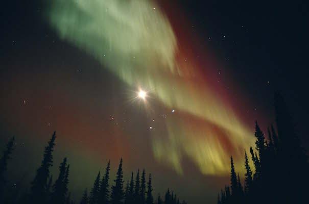 夜空に舞うオーロラと満月