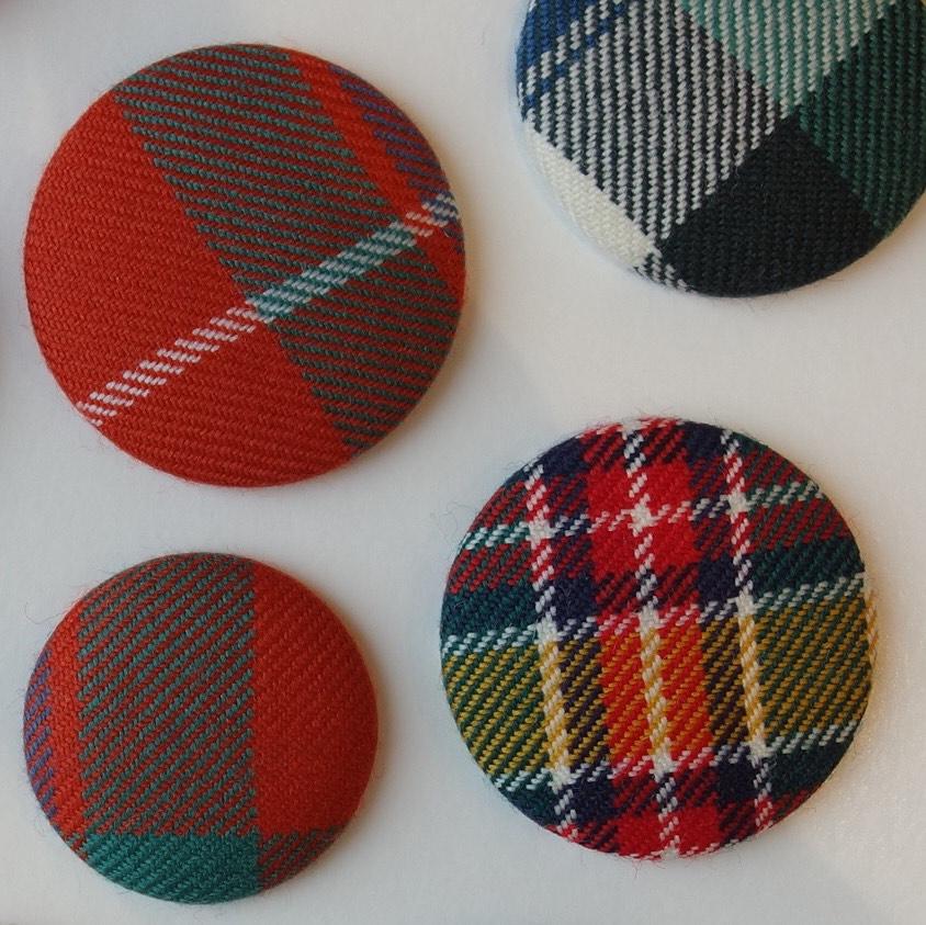ワークショップ「スコットランド製タータン生地でつくる くるみボタンブローチ」